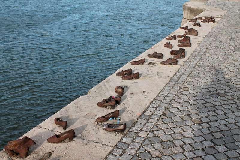 Zapatos-en-la-Orilla-del-Danubio